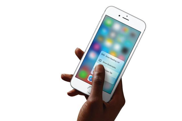 Výrobci mobilů stále zapomínají na leváky!