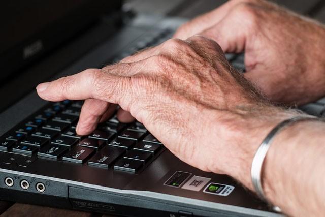Skoro 90 % seniorů je online