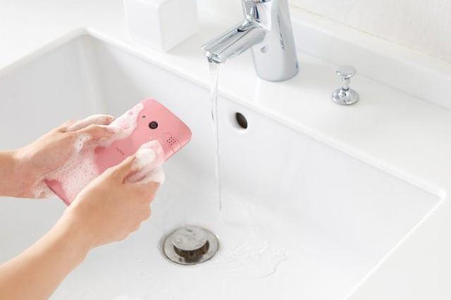 Smartphone od Kyocery omyjete i mýdlem