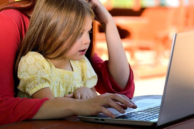 Třetina rodičů nedbá na bezpečnost dětí na internetu