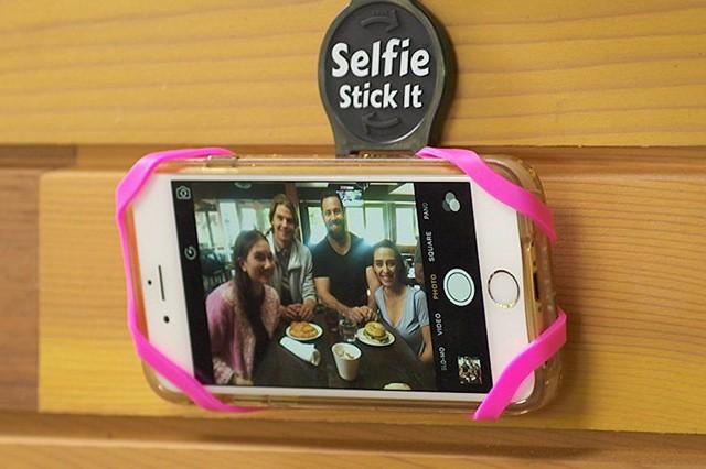 Nejlepší vynález? Selfie nálepka na mobil