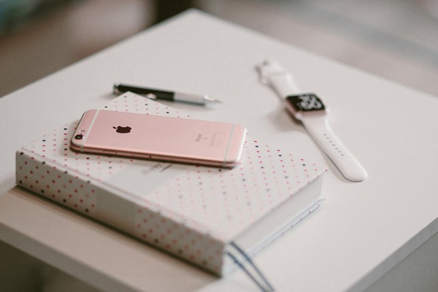 Apple zpomalené baterie nestíhá vyměňovat