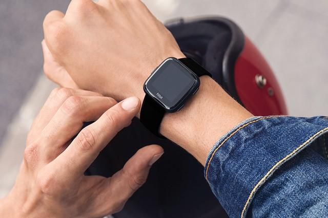 Chytré hodinky Fitbit jsou tentokrát určené především ženám