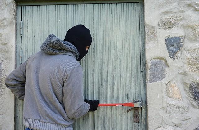 Chraňte se před zloději aplikací promítající na závěs stín muže
