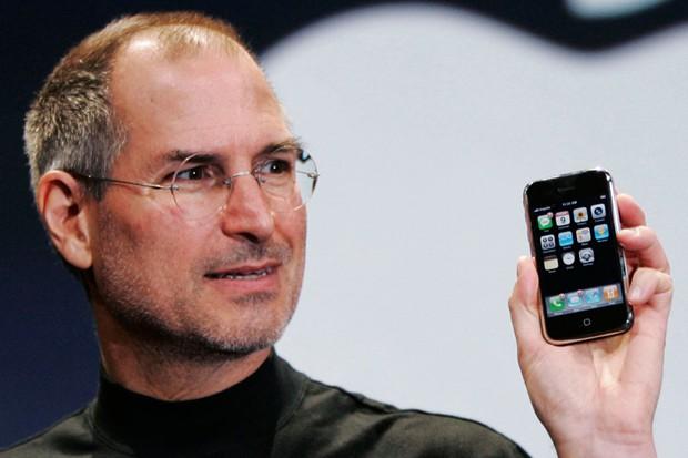 Před osmi lety Steve Jobs představil iPhone