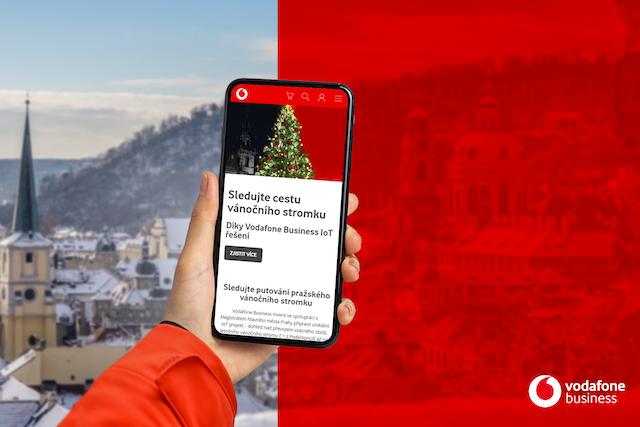 Sledujte cestu vánočního stromečku na Staroměstské náměstí