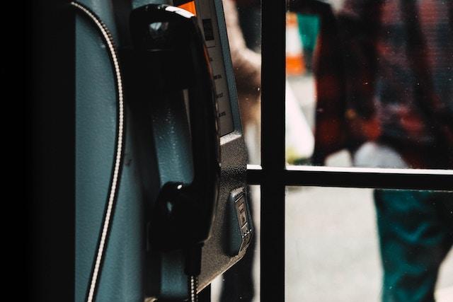 O2 odstraňuje telefonní automaty v Praze, budky dostanou nové využití