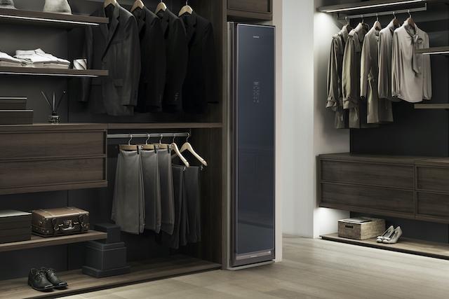 Nová skříň od Samsungu vám sama vyčistí a vyžehlí oblečení