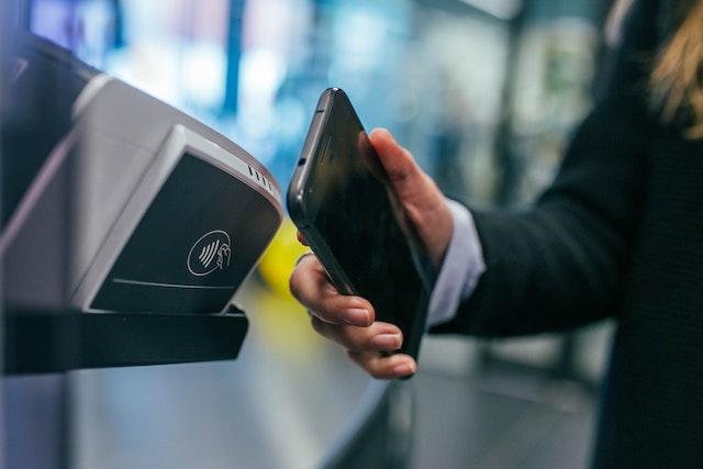 Obliba plateb mobilem stále roste