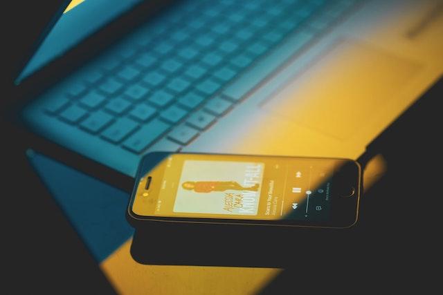 Evropská komise vyšetřuje Apple kvůli omezování Spotify