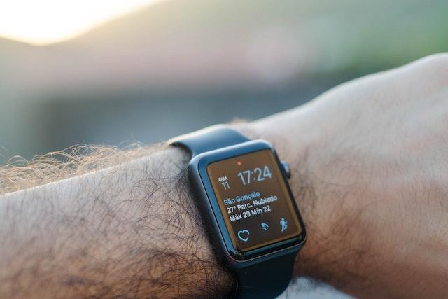 Prodeje chytrých hodinek rostou, jedničkou na trhu zůstává Apple