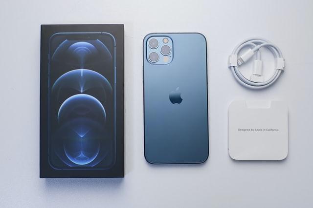 Apple dostal v Brazílii pokutu za chybějící nabíječku v balení iPhonů 12