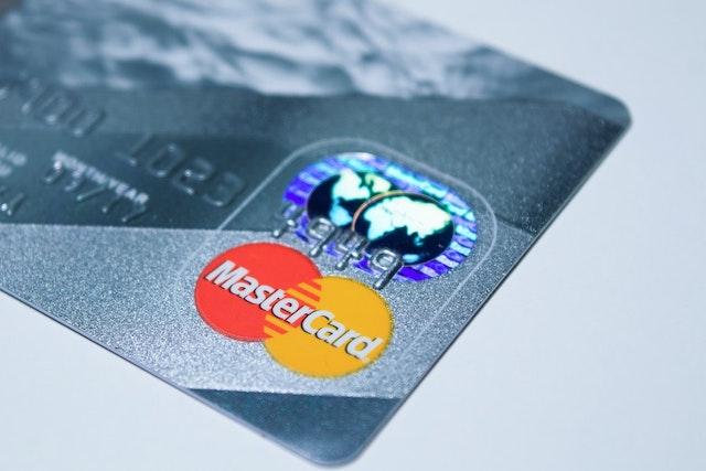 Společnosti MasterCard a Samsung představily platební kartu se čtečkou otisků prstu