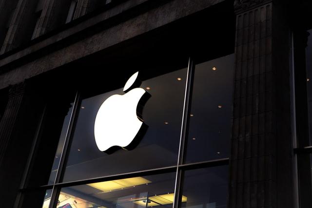 Apple zatím nebude prohledávat fotky v iPhonech